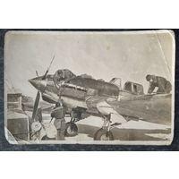 Подготовка самолета к вылету. 1943 г. Госкиноиздат. Чистая.