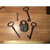 Старинные ключи и навесной замок