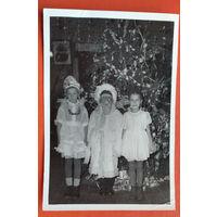 Фото детей возле елки. 9х13 см