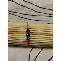 Красный браслет-оберег с чёрной гранёной бусиной