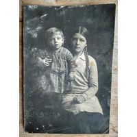 Фото девушки с ребенком. 1920-е? 9.5х13.5 см