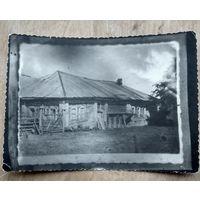 Фото избы в д.Пупса Могилевского уезда. 1935 г. 8х11 см.