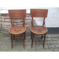 Два старых стула.