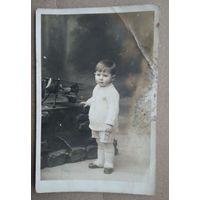 Фото ребенка с игрушкой похожей на аэроплан. 1899 г. 9х13.5 см