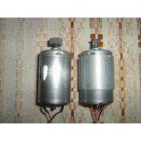 Небольшие моторчики- питания постоянным током с выходными валами в виде шестерен-2штуки