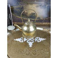 Винтажный чайник из латуни начищен до блеска