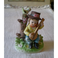 Статуэтка фигурка  фарфор  мальчик с банджо