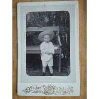Фото ребенка. Фотограф Васильев. До 1917 г. 11х17 см.