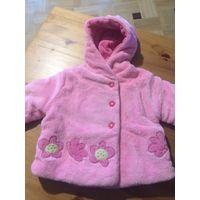 Пальто нежно-розовое на 12 месяцев, очень мягкое и тепленькое. Осень - весна, Очень красивенькое. Приобретали в Польше, купила на вырост, заменила пуговицы на красивые цветочки, сложила в пакетик и от