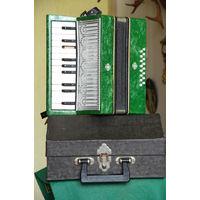 Детский аккордеон в футляре ( все клавиши издают звуки )
