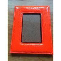 Ярко-оранжевая рамка для фото из искусственной кожи. Размер рамки 22 на 17 см, размер фото 10 на 15 см. Отличное состояние.