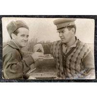 Фронтовые сто грамм. Фото 1940-х. 4.5х6,5 см.