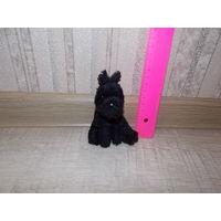 Маленькая мягкая черная собачка. миниатюра