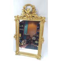Большое старинное настенное зеркало.