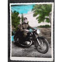 Фото военного на мотоцикле. 1956 г. 8х11 см