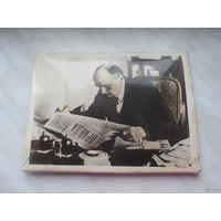 """Настольное фото В.И. Ленин с газетой """"Правда"""" 1969г."""