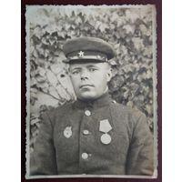 Фото военного с медалью. 8.5х11 см.